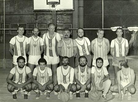 Scliar e o time de basquete da ACM, onde costumava jogar / Foto: Acervo pessoal